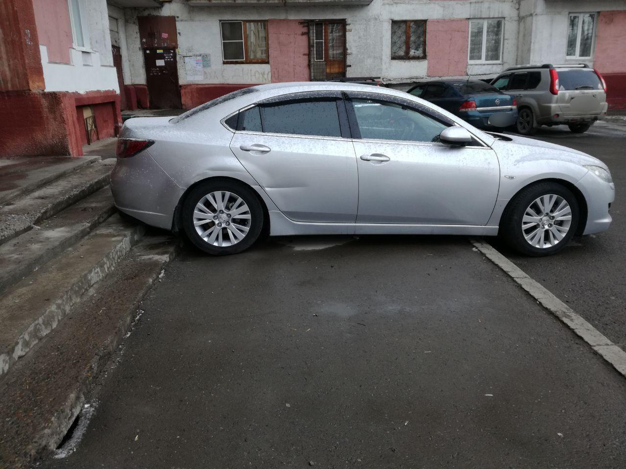 Припарковался почти в подъезде: кемеровчане заметили очень наглого автомобилиста