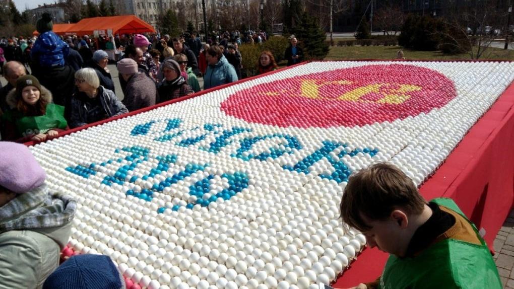 В Омске создали огромную картину из 10 тысяч пасхальных яиц