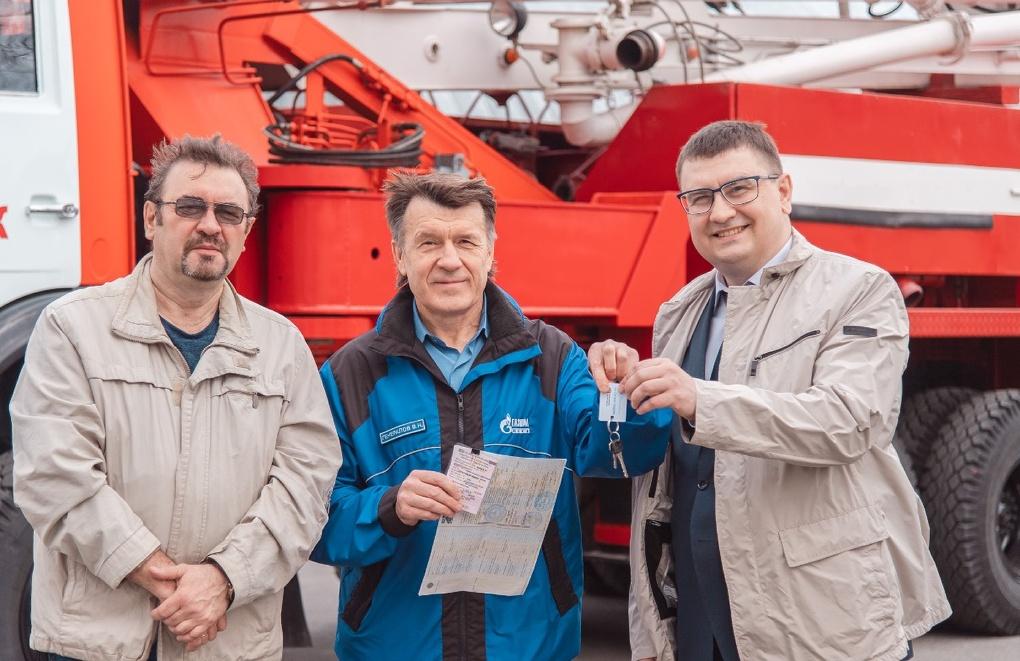 Омский нефтезавод подарил пожарным новые спецмашины
