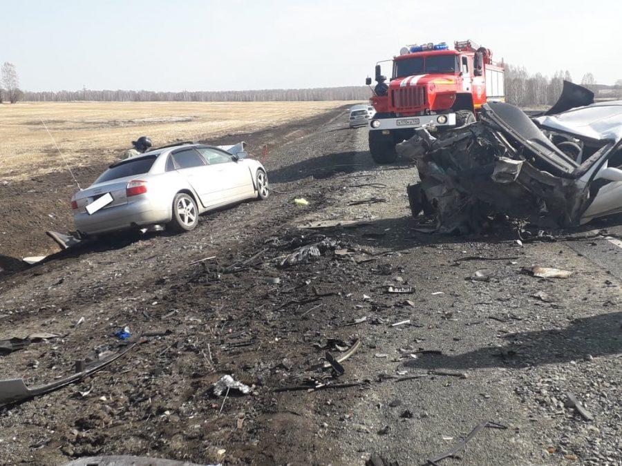 Разорвало легковушку: видео страшного ДТП с погибшими в Кузбассе