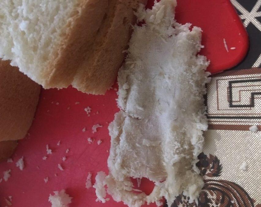«С кого он»: кемеровчане обнаружили в хлебе мерзкий сюрприз