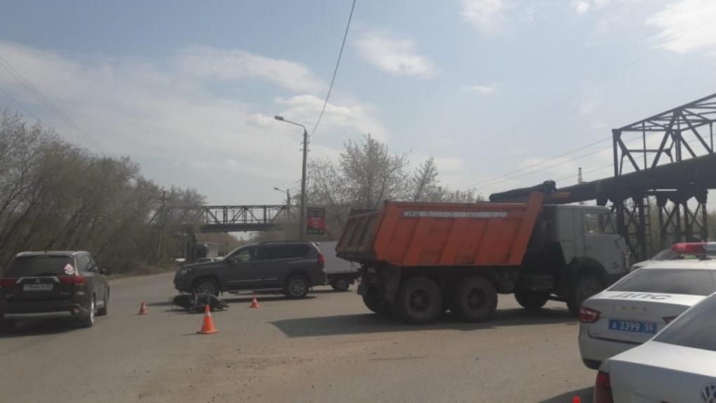 В Омске произошло страшное ДТП с КамАЗом и мопедом