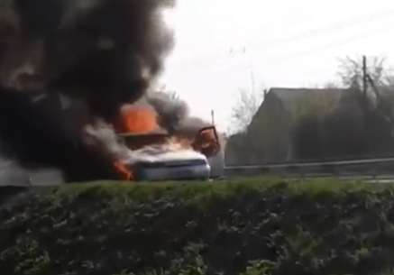 Видео: в Новокузнецке на дороге полыхала легковушка