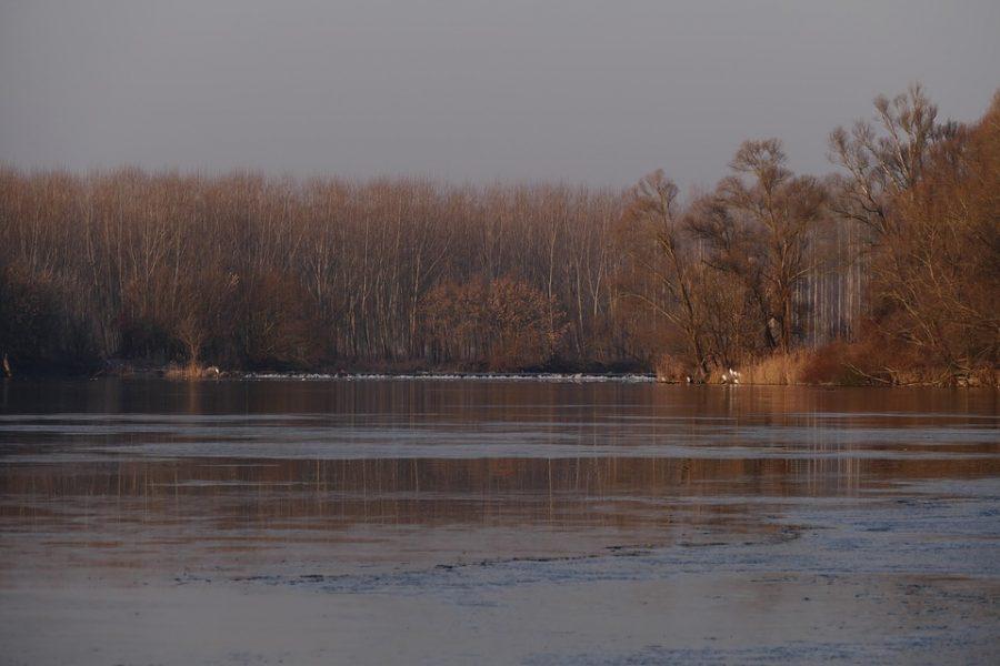 В Кузбассе туристы оказались в ледяной воде из-за порвавшейся лодки