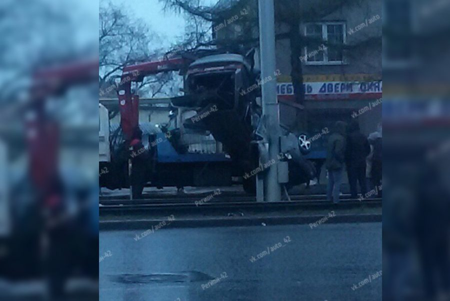 Фото: в Кемерове легковушку намотало на столб, есть пострадавшие